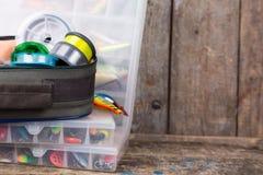 Aparejos de pesca, señuelos y cebos en cajas Imagen de archivo