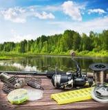 Aparejos de pesca y accesorios en la tabla Fotos de archivo