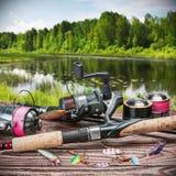 Aparejos de pesca y accesorios en la tabla Imagen de archivo