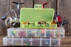 Aparejos de pesca y cebos de pesca en caja Fotografía de archivo