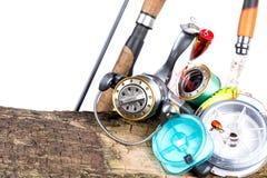 Aparejos de pesca y cebos de pesca en de madera Fotos de archivo