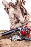 Aparejos de pesca y cebos de pesca en de madera Imagen de archivo