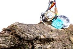 Aparejos de pesca y cebos de pesca en de madera Foto de archivo libre de regalías