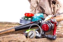 Aparejos de pesca y cebos de pesca en de madera Fotografía de archivo libre de regalías