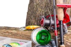 Aparejos de pesca y cebos de pesca en de madera Foto de archivo
