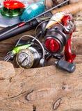 Aparejos de pesca y cebos de pesca en de madera Fotografía de archivo