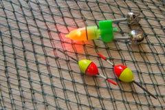 Aparejos de pesca y cebos de pesca en fondo de madera Idea para pescar el negocio del deporte con caña - plantillas, web, cartel Foto de archivo