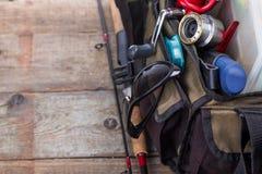 Aparejos de pesca y señuelos en bolso abierto Fotos de archivo