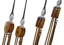 Aparejos y cuerdas marinas de madera del barco de vela Fotografía de archivo