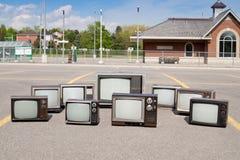 Aparelhos de televisão velhos na estação de trem Fotos de Stock