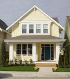 Apartadero exterior de la casa casera amarilla Imagenes de archivo