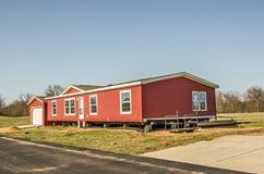 Apartadero rojo del vinilo en nuevo hogar manufacturado foto de archivo libre de regalías