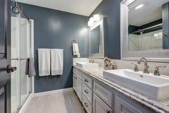 Apartament łazienka z perfect projektem zdjęcie stock