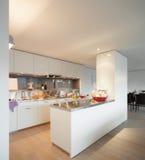 Apartamento agradável, opinião da cozinha Fotografia de Stock Royalty Free