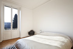 Apartamento agradável reaparelhado, quarto Imagem de Stock