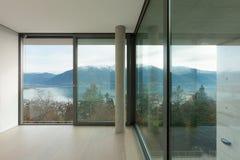 Apartamento agradable, sitio con la ventana Imagen de archivo libre de regalías