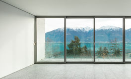 Apartamento ancho, sitio con las ventanas Fotos de archivo