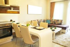 Apartamento bonito com design de interiores moderno minimalistic simples, sala de visitas de plano aberto do lado do sol da cozin fotos de stock