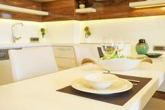 Apartamento bonito com design de interiores moderno minimalistic simples, sala de visitas de plano aberto do lado do sol da cozin imagens de stock