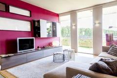 Apartamento bonito moderno na casa luxuosa nova Fotos de Stock Royalty Free