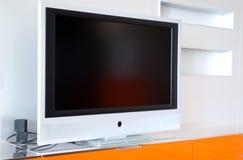 Apartamento com televisão do plasma fotos de stock