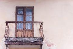 Apartamento con el balcón de la emergencia Bloque de cemento reforzado viejo Foto de archivo