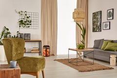 Apartamento con el sofá gris fotografía de archivo