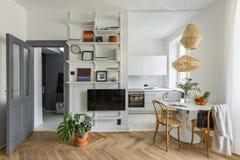 Apartamento con la cocina abierta imagenes de archivo