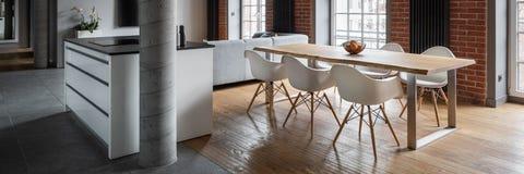 Apartamento con la cocina abierta, panorama imagen de archivo libre de regalías