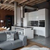 Apartamento con la cocina blanca abierta fotos de archivo