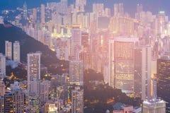 Apartamento de la ciudad de Hong Kong y edificio de oficinas en la alta opinión de la noche de la colina Fotografía de archivo libre de regalías