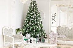 Apartamento de lujo adornado para la Navidad Árbol de Navidad con los presentes debajo en sala de estar Imagen de archivo libre de regalías