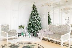 Apartamento de lujo adornado para la Navidad Árbol de Navidad con los presentes debajo en sala de estar Foto de archivo libre de regalías