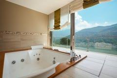 Apartamento de lujo, cuarto de baño foto de archivo