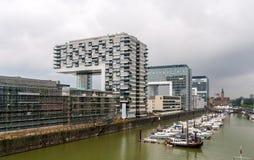 Apartamento e prédios de escritórios de Kranhaus na água de Colônia, Alemanha Fotografia de Stock Royalty Free