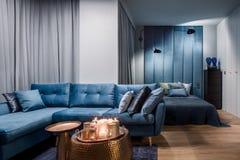 Apartamento en azul con el dormitorio abierto foto de archivo libre de regalías