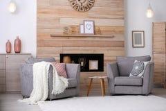 Apartamento equipado acogedor con el lugar en pared de madera fotos de archivo