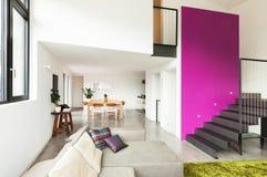 Apartamento equipado, opinión de la sala de estar imagen de archivo