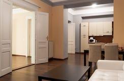 Apartamento espaçoso do hotel com cozinha Fotos de Stock Royalty Free