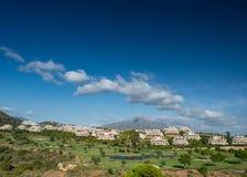 Apartamento español del día de fiesta con el campo de golf Imagenes de archivo