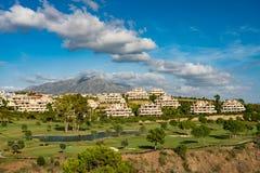 Apartamento español del día de fiesta con el campo de golf Foto de archivo libre de regalías
