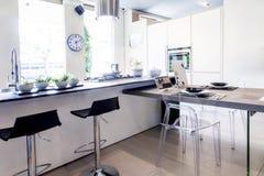 Apartamento hermoso moderno en nuevo interior casero foto de archivo libre de regalías