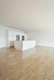 Apartamento interior, vacío, cocina Imagenes de archivo