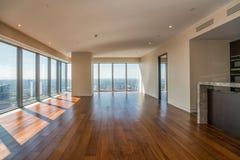 Apartamento interior vacío con la opinión panorámica de la ciudad Foto de archivo