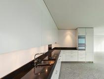 Apartamento largo, cozinha moderna Fotografia de Stock Royalty Free