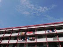 Apartamento liso residencial branco vermelho com os panos que penduram em Pena imagens de stock