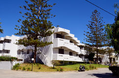 Apartamento luxuoso moderno contra o céu azul Fotos de Stock