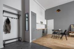 Apartamento moderno con el cocinilla y el comedor imagenes de archivo