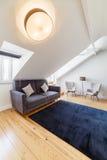 Apartamento moderno con las paredes blancas y el piso de madera ligero imágenes de archivo libres de regalías
