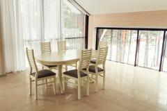 Apartamento moderno de las luces con una mesa de comedor foto de archivo libre de regalías